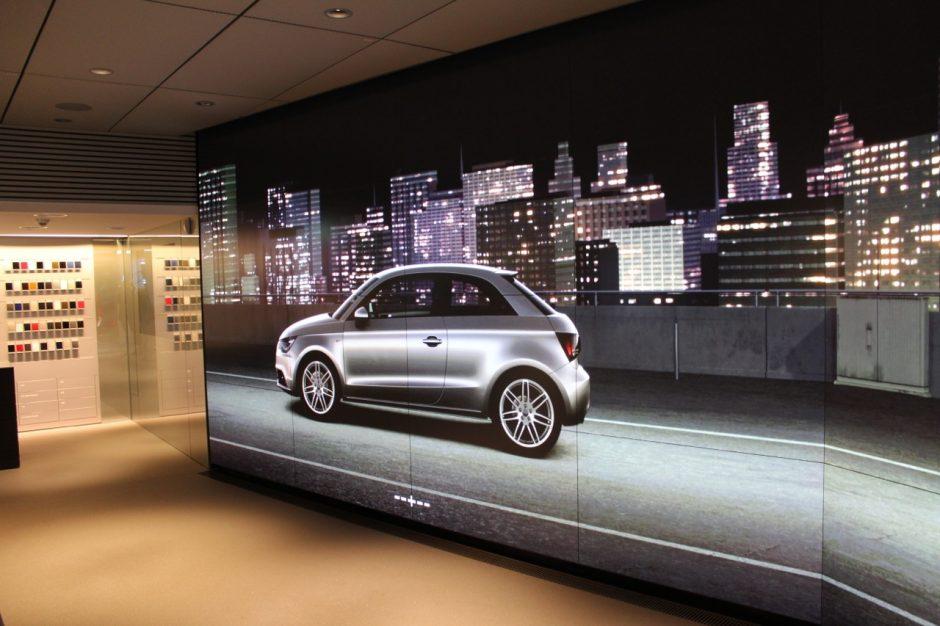 """Eine riesige """"Powerwall"""" übernimmt in der Audi City Berlin die virtuelle Vorführung der Modelle (Bild: Falk Hedemann)."""