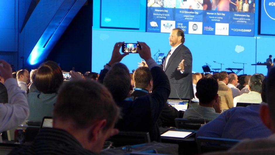 """Marc Benioff, CEO von Salesforce.com, mit der typischen """"Prediger-Geste"""". (Foto: Jan Tißler)"""