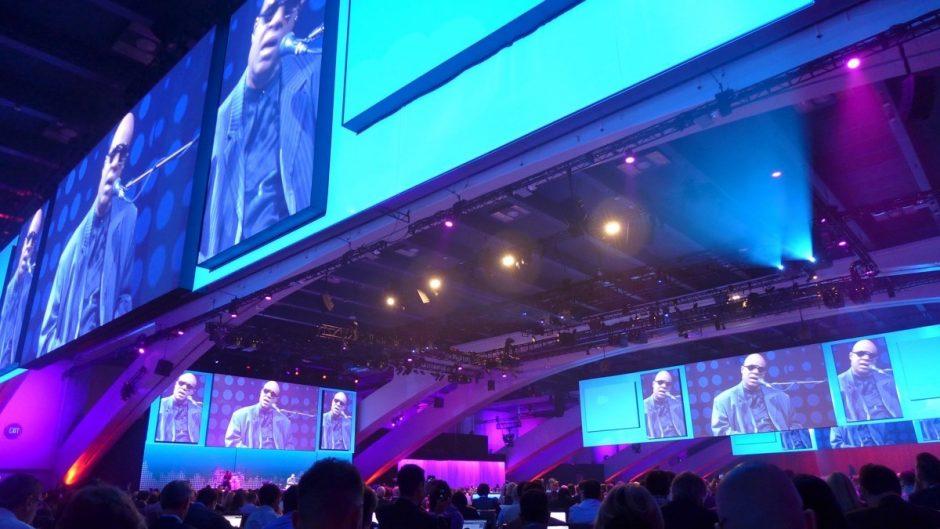Stevie Wonder als Stimmungsmacher vor der Keynote. (Foto: Jan Tißler)