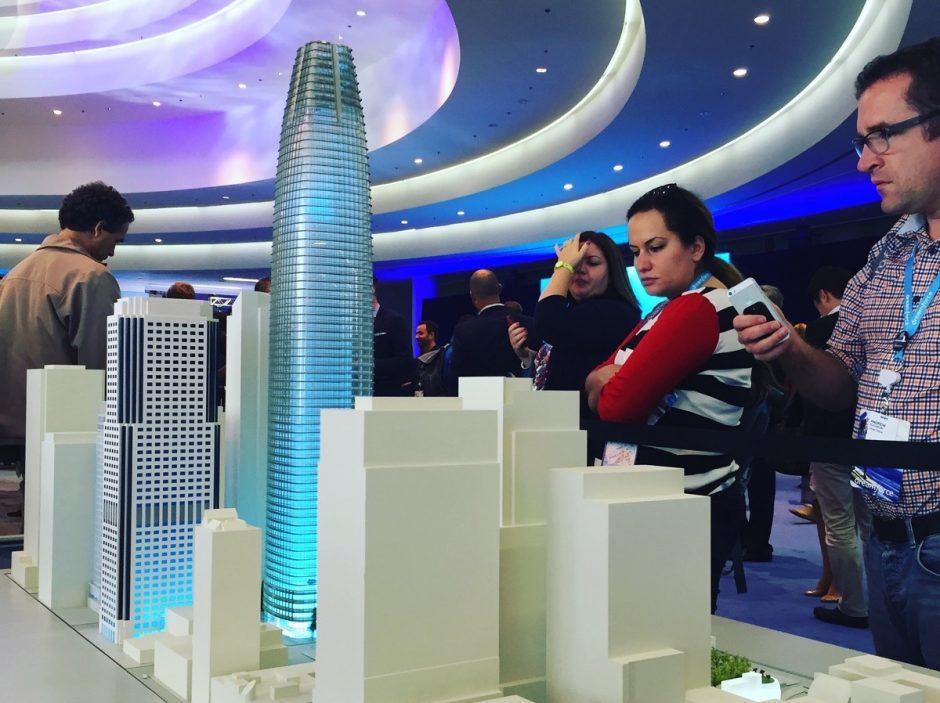 """Modell des """"Salesforce Tower"""", für den die Bauarbeiten bereits begonnen haben. Er wird die berühmte """"Transamerica Pyramid"""" um 61 Meter überragen und dann das höchste Gebäude in San Francisco sein. Fertigstellung geplant für 2018. (Foto: Jan Tißler)"""