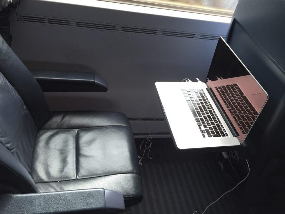 So schön und unbeschwert lässt es sich in der Bahn leider nicht immer arbeiten, aber ich nutze die Zugzeit dennoch gerne zum Arbeiten.