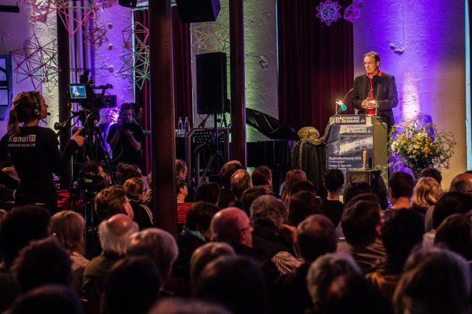 """Impression der Preisverleihung beim """"Big Brother Award"""" mit Moderator Andreas Liebold. (Foto: Matthias Hornung. Lizenz: CC BY 4.0)"""