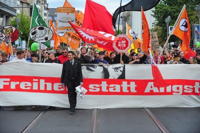 """Digitalcourage-Mitgründer padeluun auf einer """"Freiheit statt Angst""""-Demonstration. (Foto: Digitalcourage. Lizenz: CC BY-SA 3.0)"""